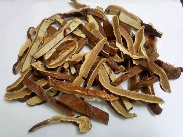 Thái nấm linh chi thành lát mỏng trước khi nấu trên bếp