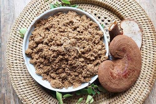 Nấm linh chi đỏ nghiền thành bột mịn để dùng dần
