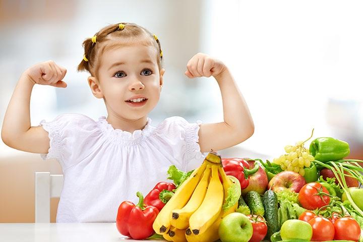 Cho trẻ ăn đầy đủ các nhóm chất để tăng cường hệ miễn dịch