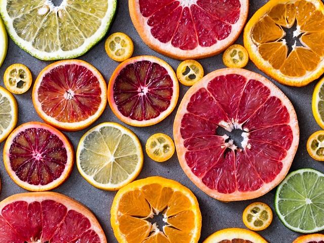 Bổ sung Vitamin C từ cam, bưởi mỗi ngày